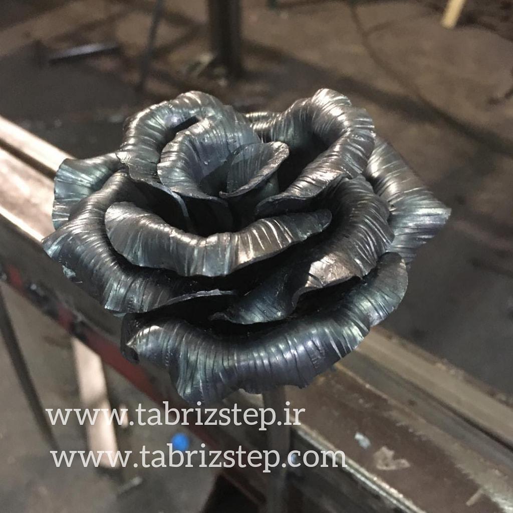 گل رز فلزی